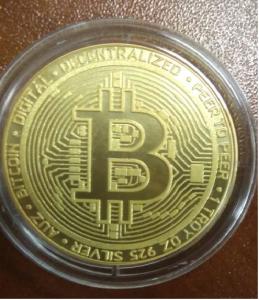 Позолоченная монета биткойн